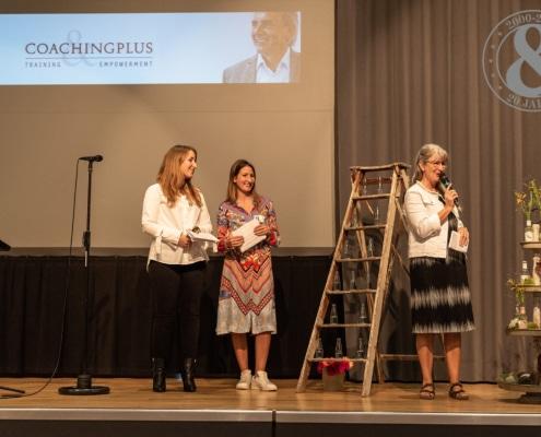 Urs R. Bärtschi wird geehrt durch Ruth, Nadine und Jessica Bärtschi. Viele Teilnehmende schliessen sich spontan an!