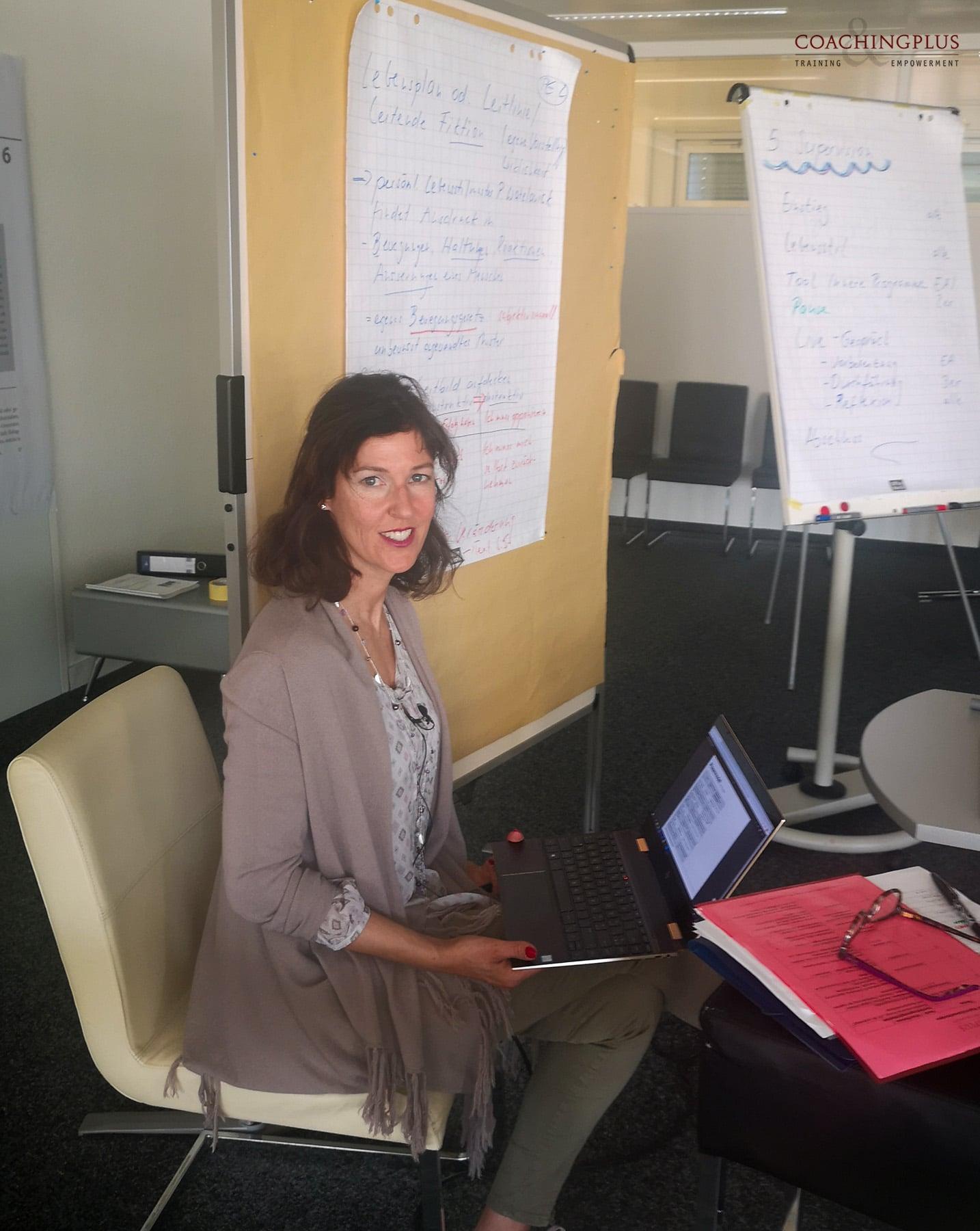 Claudia Edelmann am unterrichten